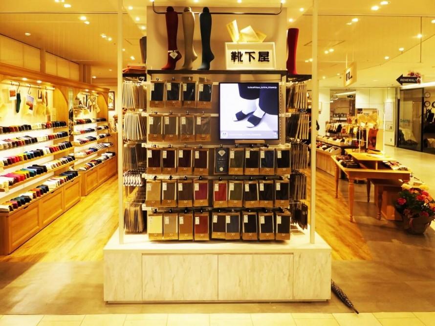 アパレル店 靴下屋でのSNSサイネージ導入事例