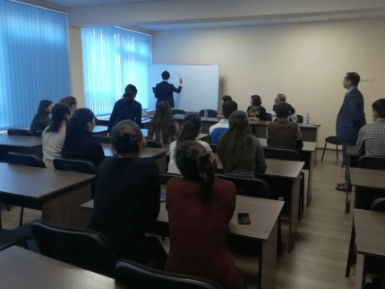 介護のための技能実習について説明を受けるキルギス学生