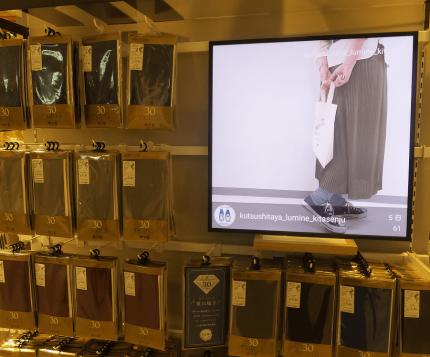 インスタグラムを表示しているアパレル店の正方形ディスプレイSNS連動サイネージ