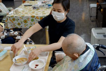 食事介助をする外国人介護士