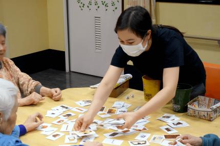 レクリエーションをする外国人介護士
