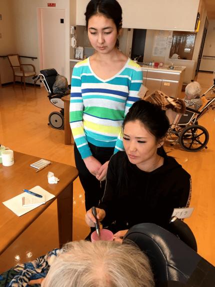 技能実習に向けて介護を勉強するキルギス学生
