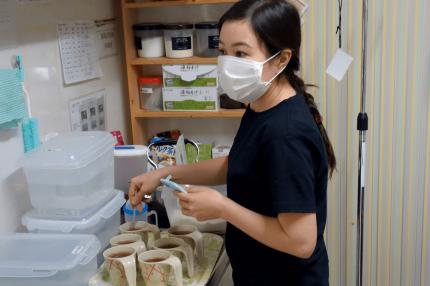 食事の準備をする外国人介護士