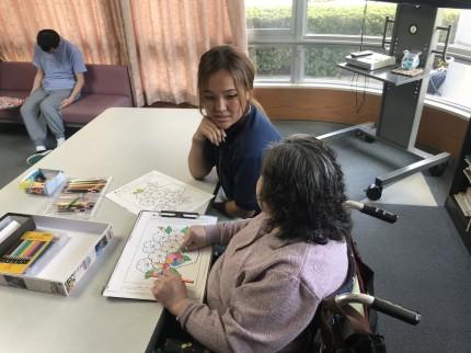 技能実習に向けて介護福祉施設で介護を学ぶキルギス人