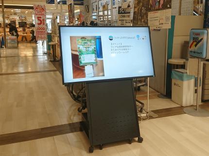 商業施設で屋内用サイネージ・SNSサイネージを使っているイメージです