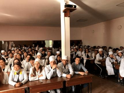 介護技能実習に向けた就労体験の説明を聞くキルギスの学生