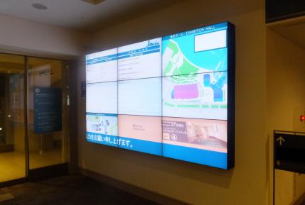 ホテル内にて屋内用マルチモニターのデジタルサイネージの導入事例